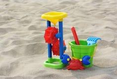 儿童的玩具:桶,磨房,在沙子的形式 免版税库存图片