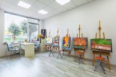 儿童的现代教育内部的学院的图画班2013年10月6日的在基辅,乌克兰 库存照片