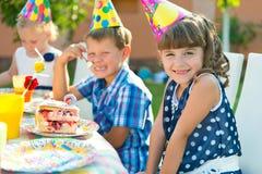 儿童的生日聚会的俏丽的女孩 免版税库存照片