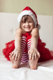 儿童的脚在对床的新年的镶边的睡衣末端, 图库摄影