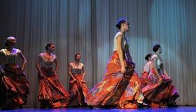 儿童的舞蹈小组执行一个吉普赛舞蹈在一开放festiva 免版税库存照片