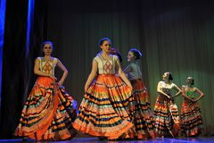 儿童的舞蹈小组执行一个吉普赛舞蹈在一开放festiva 免版税库存图片