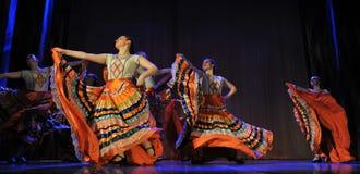 儿童的舞蹈小组执行一个吉普赛舞蹈在一开放festiva 库存照片