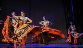 儿童的舞蹈小组执行一个吉普赛舞蹈在一开放festiva 库存图片