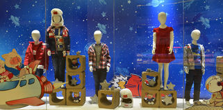 儿童的衣物商店窗口,儿童和空间飞行 库存图片