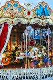 儿童的转盘在莫斯科 有马的两层转盘 是马快活的舍入 库存照片