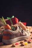 儿童的鞋子和为Sinterklaas pepernoten 免版税库存图片