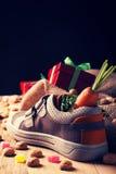 儿童的鞋子和为Sinterklaas pepernoten 库存图片