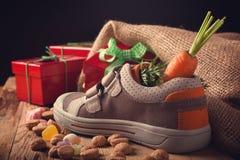 儿童的鞋子和为Sinterklaas pepernoten 库存照片