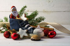 儿童的鞋子用甜点、曲奇饼和圣诞节得体填装了 免版税库存照片