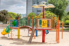 儿童的幻灯片和操场 操场公园 库存照片