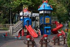 儿童的幻灯片在一个公园在胡志明市 免版税库存图片