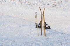 儿童的滑雪被困住对雪 库存照片