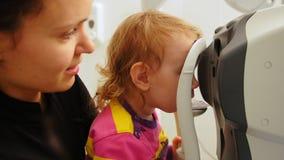儿童眼科学-验光师检查儿童` s眼睛 股票录像