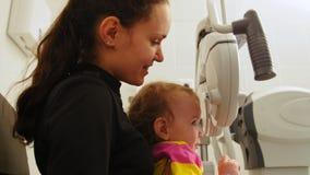 儿童眼科学-验光师检查儿童` s眼睛 股票视频