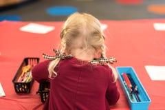 儿童着色在艺术桌上 免版税图库摄影