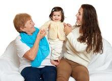 儿童祖母肉母亲烧烤 在白色背景的家庭画象,愉快的人民坐沙发 免版税图库摄影