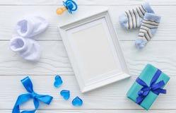 儿童空白的画框诞生在木背景的 图库摄影