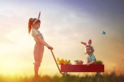儿童穿戴兔宝宝耳朵 免版税库存照片
