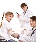 儿童组愉快的医学儿科医生款待 免版税库存照片