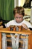 儿童织布机使用 库存图片