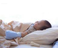 儿童耐心睡着在医院病床上 库存照片