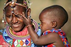 儿童肯尼亚马塞人母亲 库存图片