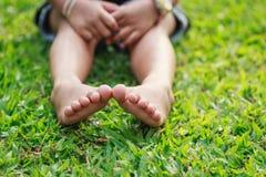 儿童脚在公园 免版税图库摄影