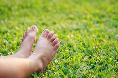 儿童脚在公园 免版税库存图片