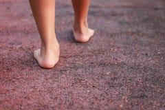 儿童脚在公园 免版税库存照片
