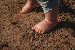 儿童脚是被弄脏和肮脏的 免版税库存图片