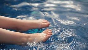儿童脚游泳场背景 股票视频