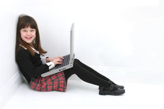 儿童膝上型计算机使用 库存图片