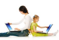 儿童膝上型计算机妇女 图库摄影