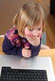 儿童膝上型计算机工作 免版税库存图片