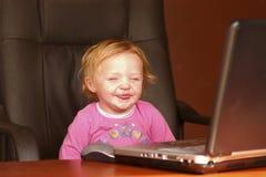 儿童膝上型计算机微笑 库存图片
