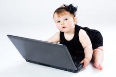 儿童膝上型计算机纵向 库存图片