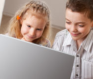 儿童膝上型计算机 库存图片