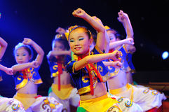 儿童舞蹈蒙古人性能 库存图片