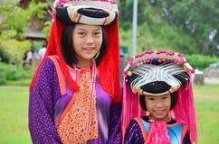 儿童苗族等待的服务旅客为拍与他们的照片 图库摄影
