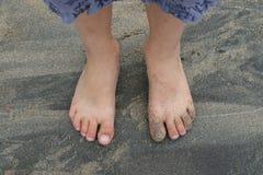 儿童英尺s沙子 免版税库存图片