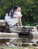 儿童莲花母亲池塘 库存图片