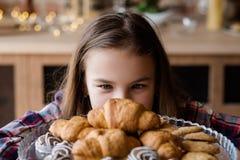 儿童营养不健康的习性酥皮点心新月形面包 免版税库存图片