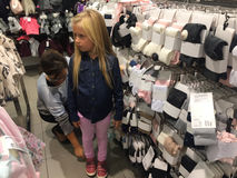 儿童衣裳的妇女购物 库存照片