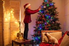 儿童装饰圣诞树 免版税库存照片