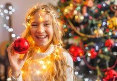 儿童装饰圣诞树 库存照片