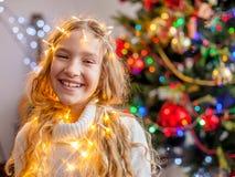 儿童装饰圣诞树 图库摄影