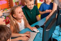 儿童计算机为教育和电子游戏把我们分类 库存照片
