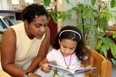 儿童读取 免版税库存照片