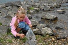 儿童贝壳寻找 免版税库存图片